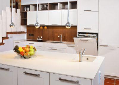 Weiße Traumküche - hochgestellter Geschirrspüler